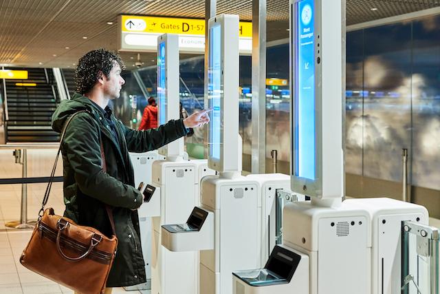 De self service apparatuur werkt vergelijkbaar als de automatische paspoortcontrole (Bron: Schiphol)