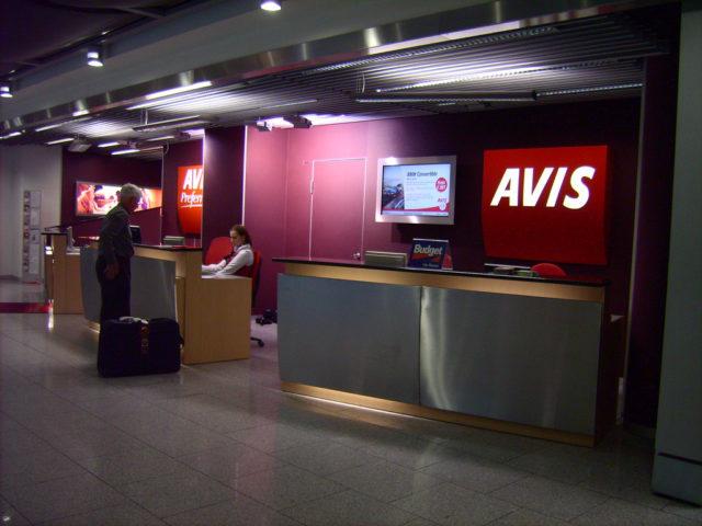 Avis autoverhuur balie op Düsseldorf Airport