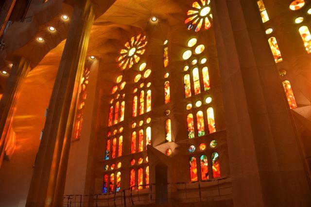 Het zonlicht schijnt door de glas-in-lood ramen van de kerk
