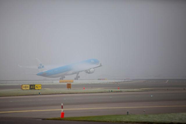 Airbus A330 van KLM in de mist (Bron: Schiphol)
