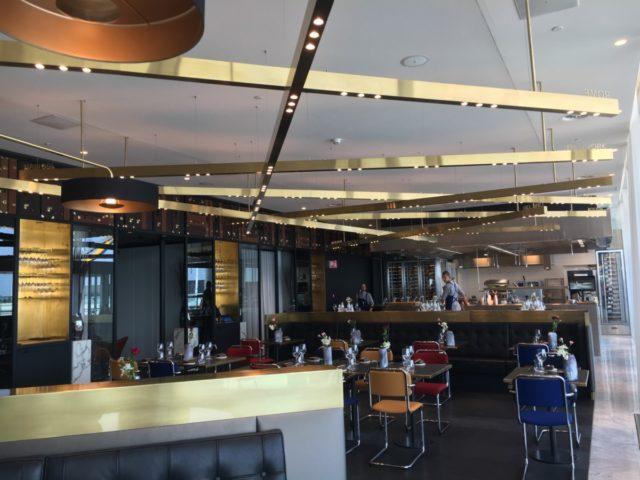 Het recentelijk geopende Restaurant Blue in de KLM Crown Lounge