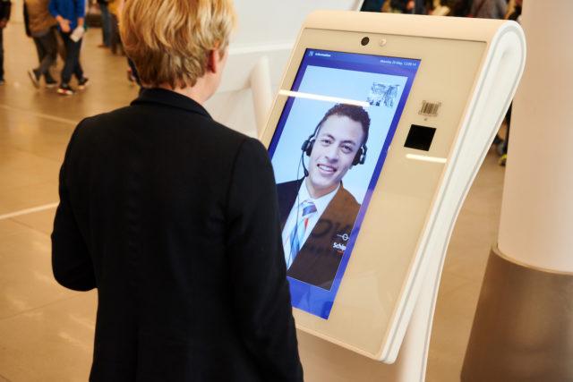 Met de nieuwe service zuilen op Schiphol kun je ook videobellen (Bron: Schiphol)