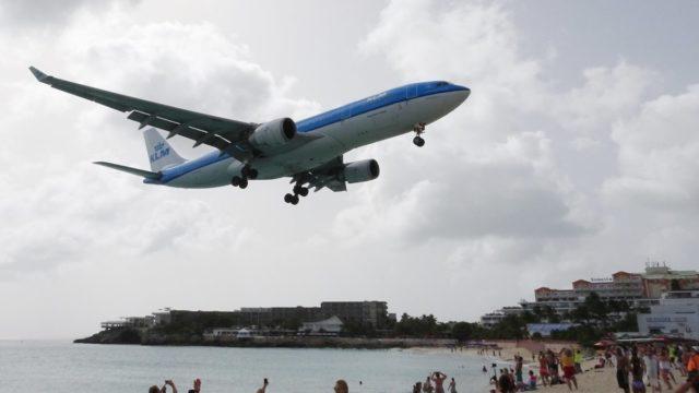 Een Airbus A330 van KLM nadert de luchthaven van Sint Maarten (Bron: Flickr / Neuwieser)