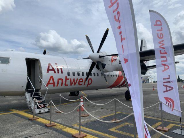 Het Fokker 50 toestel waarmee Air Antwerp naar Londen City vliegt.