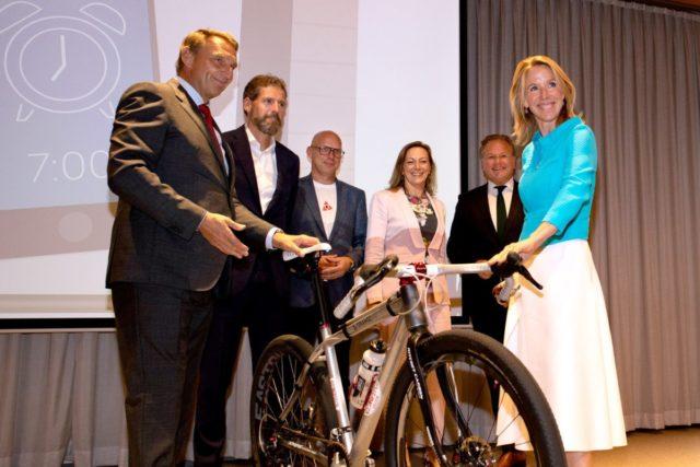 Schiphol zet medewerkers op de fiets