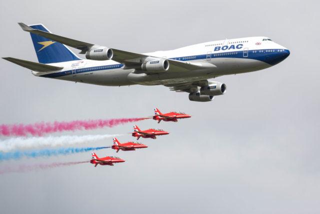 Boeing 747-400 van British Airways in speciale livery wordt begeleid door de Britse Luchtmacht ter ere van de 100ste verjaardag (Bron: British Airways)