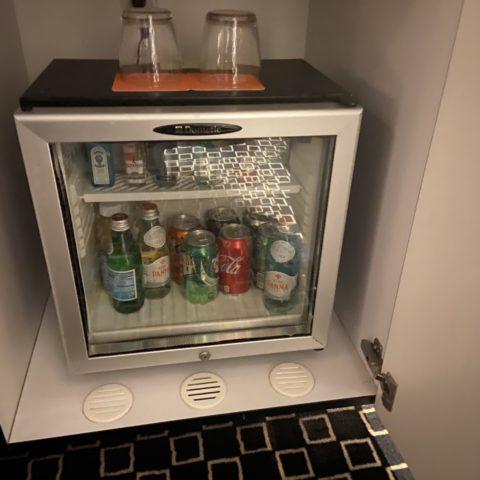 Minibar van de kamer.
