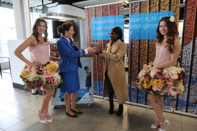 De Keukenhof feliciteert KLM met de nieuwe Boeing 787-10 Dreamliner (Bron: KLM / Keukenhof)