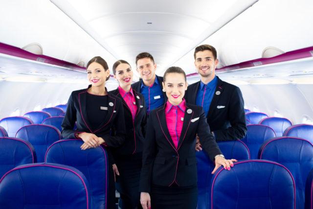 Cabin crew aan boord van een toestel van Wizz Air (Bron: Wizz Air)