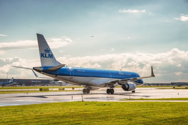 Embraer 190 van KLM op de landingsbaan van Amsterdam Airport Schiphol (Bron: KLM)