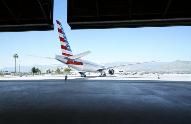 Boeing 777-300 van American Airlines verlaat de hangar (Bron: American Airlines)