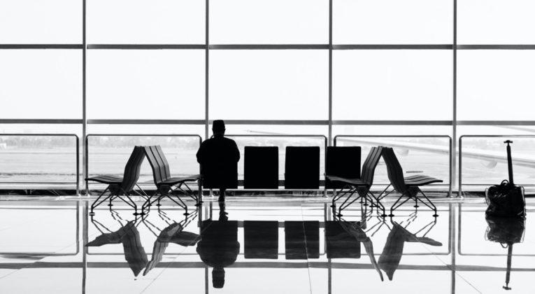 Passagier wacht op het vertrek van de vlucht (Bron: Suganth / Unsplash)