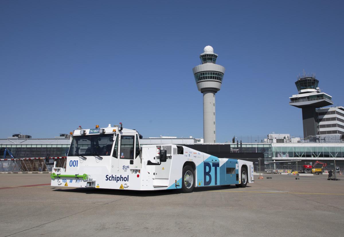 De speciale taxibot die wordt gebruikt voor een nieuwe manier van taxiën op Schiphol (Bron: Fotografie voor Schiphol / ROGER CREMERS)