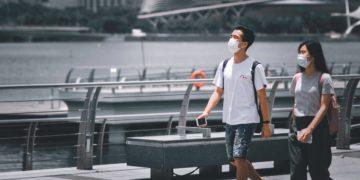 Twee mensen dragen een mondkapje tijdens een bezoek aan Singapore (Bron: Unsplash / Victor He)