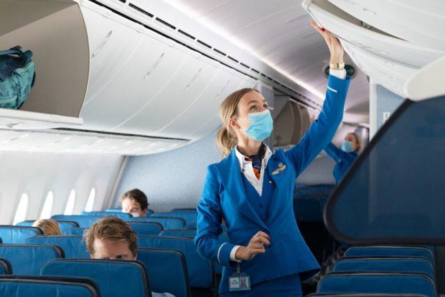 Mondkapjes zijn momenteel verplicht aan boord van KLM vluchten (Bron: KLM)