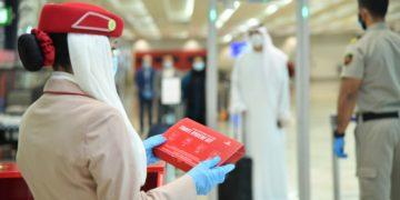 Emirates & Delta delen hygiënekits uit