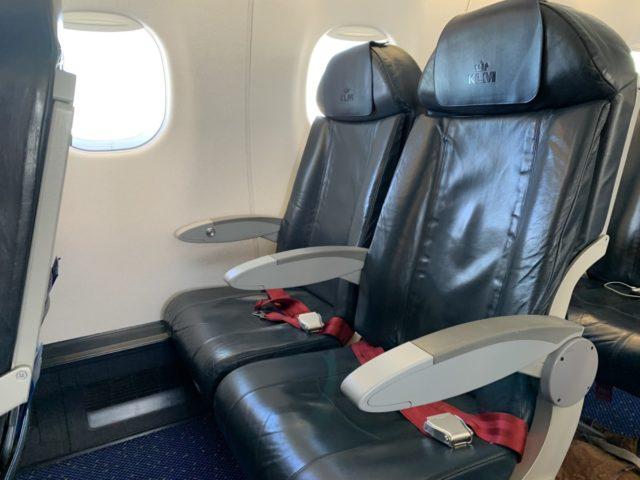 Economy Comfort stoel in de Embraer E190 van KLM Cityhopper (Bron: eigen foto)