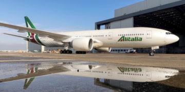 Boeing 777-200 in Alitalia livery bij de hangar (Bron: Alitalia)