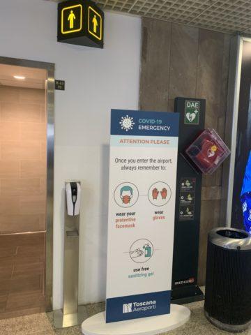 Op de luchthaven van Florence worden reizigers gewezen op het dragen van een mondkapje en handschoenen. Dat laatste is op het moment van schrijven niet (meer) verplicht. (Bron: eigen foto)