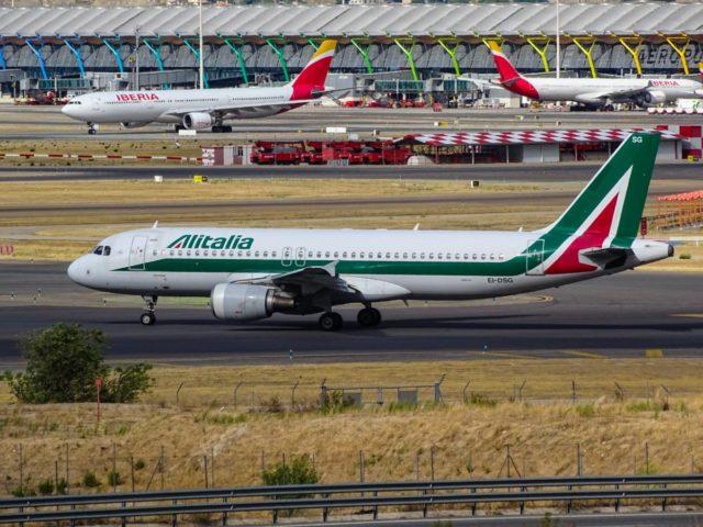 Airbus A320 in Alitalia livery op de luchthaven van Madrid (Bron: Unsplash / Miguel Ángel Sanz)