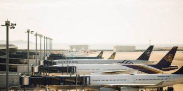 Diverse toestellen staan aan de gate op een vliegveld (Bron: Unsplash / Chuttersnap)