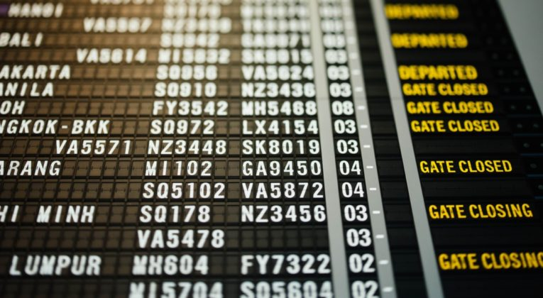 Bord met vertrekkende vluchten op een luchthaven (Bron: Chuttersnap / Unsplash)