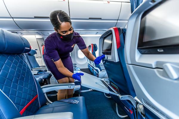 Medewerker van Delta maakt de cabine schoon (Bron: Delta)