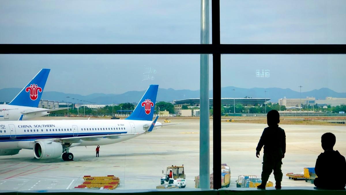 China Southern toestel op de luchthaven van Guangzhou Baiyun T2 (Bron: Unsplash / Jay Zhang)